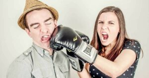 Frau boxt Mann ins Gesicht